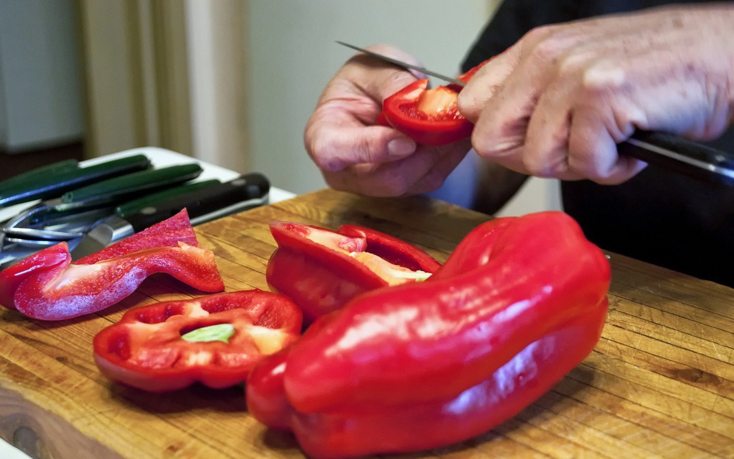 Chopping peppers, Sicilian cookery class in Catania