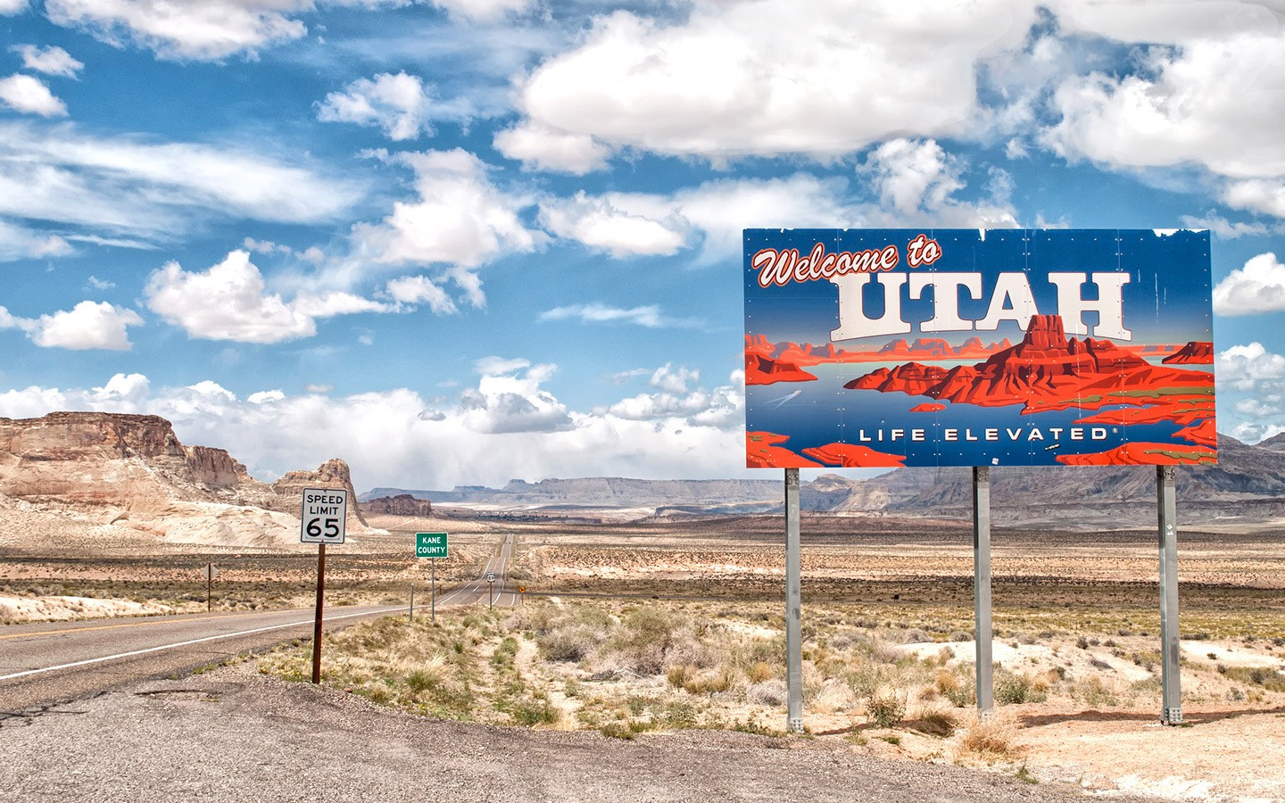 Welcome to Utah sign on a southwest USA road trip